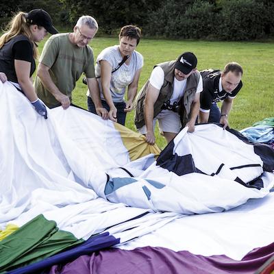Samarbejde om at få luftballonen pakket ud